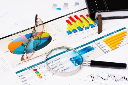 dagboek, bril, vergrootglas, en zakelijke documenten met grafieken, zakelijke stilleven Stockfoto
