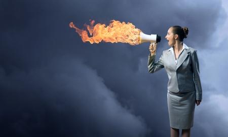 zakenvrouw koks schreeuwen in een megafoon, megafoon brand