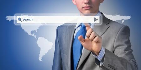 Zakenman die op een touch screen, zoeken naar zakelijke informatie Stockfoto