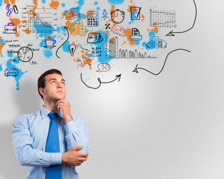 Denken Geschäftsmann, Skizze auf dem Hintergrund Standard-Bild