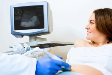 jonge zwangere vrouw op de echografie, gezondheidscontrole Stockfoto