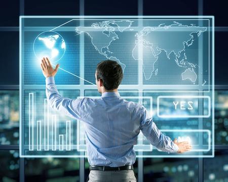 zakenman werken met moderne virtuele technologieën, staat terug, handen aanraken van het scherm