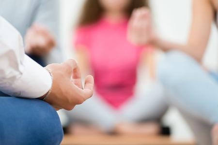 Primer plano de una mano humana, medita en el lugar de trabajo Foto de archivo - 26869523