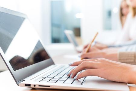 Close-up der weiblichen Hände auf der Laptop-Tastatur, Studenten hören Sie sich die Lehrer an der Universität Standard-Bild - 26869525