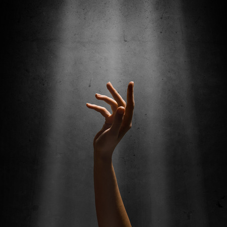 Frau s Hand greift für die Lichtstrahlen, konzeptionellen Bild des Strebens nach Freiheit Lizenzfreie Bilder