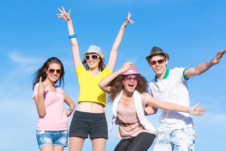 Gruppe junge Leute, die Spaß auf einem blauen Sommerhimmel Lizenzfreie Bilder