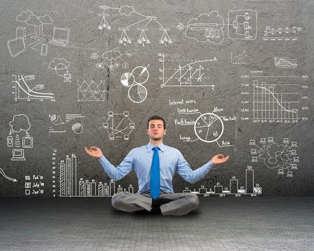 Bild von einem Geschäftsmann meditiert auf Boden-, Wand-Charts und Diagramme gezeichnet werden Standard-Bild - 27237005