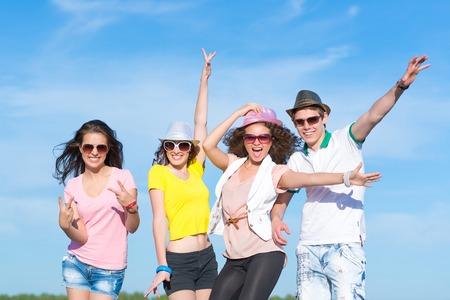 Gruppe junge Leute, die Spaß auf einem blauen Sommerhimmel Standard-Bild - 27861390