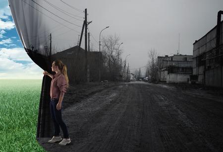 젊은 여성의 이미지는 커튼 잔디의 화창한 날 현장에 보이는 밀어 스톡 콘텐츠