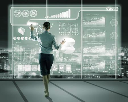 Geschäftsfrau, die mit modernen virtuellen Technologien, steht zurück, Hände berühren den Bildschirm Standard-Bild - 28673511