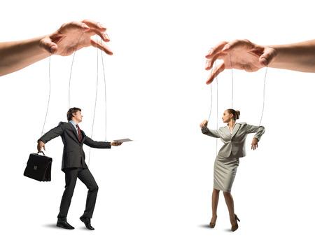 obey: imagen de un hombre de negocios a dos t�teres de pie en contra de unos a otros, el concepto de control de negocio