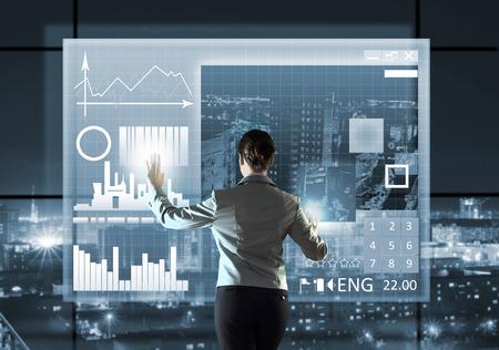 Zadní pohled na podnikatelka ikonu mediálního obrazovky dotykem