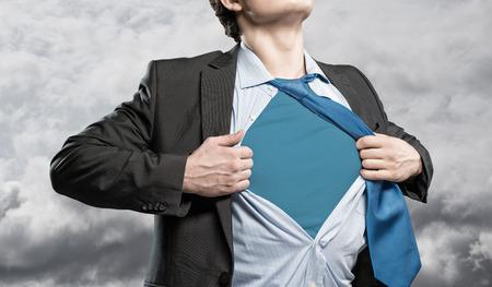 그녀의 파란색 옷 슈퍼 영웅 아래에 그의 셔츠를 찢 어하는 사업가 스톡 콘텐츠