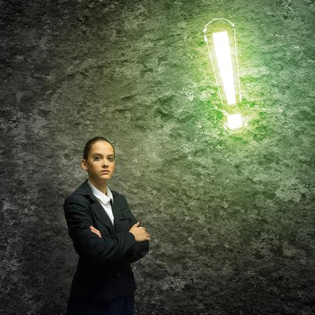 prestar atencion: Joven empresaria mirando pensativamente signo de exclamación