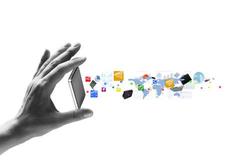 Menschliche Hand, die Handy und Symbole fliegen