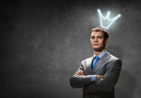 Jonge knappe zakenman met kroon boven zijn hoofd Stockfoto - 32303826