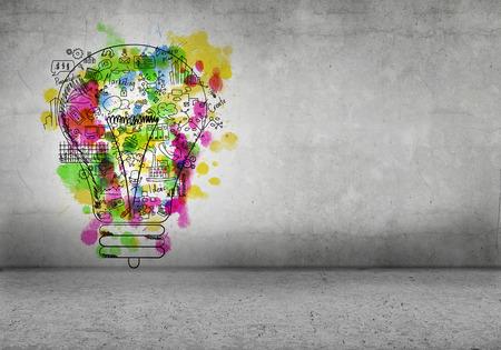 Skizze der Glühbirne und Business-Ideen auf Betonmauer Lizenzfreie Bilder