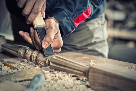 herramientas de construccion: Cierre de las manos de carpintero que trabaja con el cortador