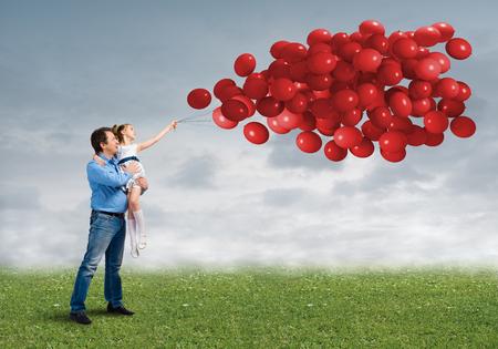 father and daughter: Padre e hija al aire libre con el manojo de globos feliz