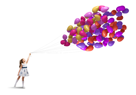 petite fille avec robe: Cute girl d'�ge pr�scolaire avec bouquet de ballons isol� sur blanc