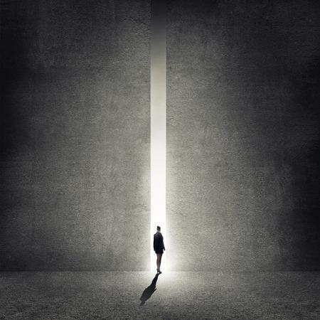 Vista trasera de la empresaria de pie a la luz de manera Foto de archivo - 35086292