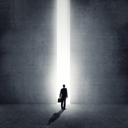 Achteraanzicht van zakenman staan in het licht van de manier