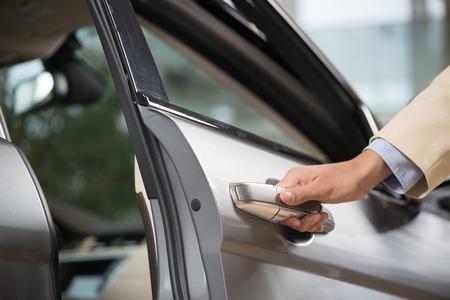 닫기 인간 남성의 손에 개방 자동차 문 최대