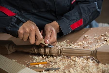 カッターで働く大工さんの手を閉じる