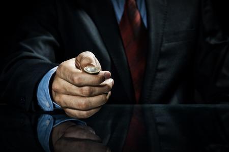 Close-up van zakenman die munt in de hand