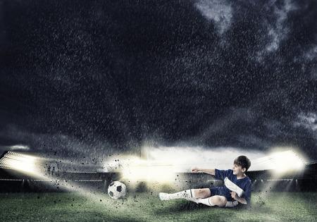 Excité lecteur garçon de football au stade de coups de pied balle Banque d'images - 36663270