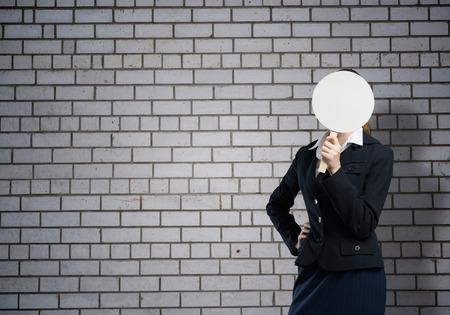semblance: Imprenditrice nasconde il viso dietro banner rotondo con smiley