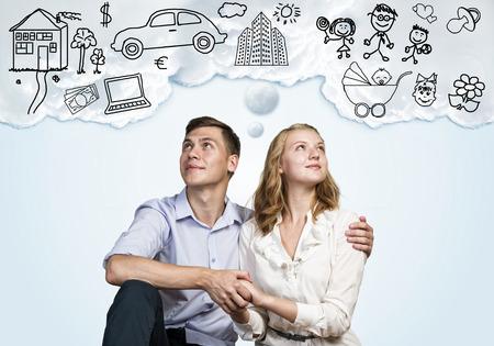 so�ando: Feliz pareja joven de la familia sue�os de futuro vida rica