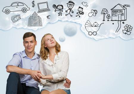 미래의 부유 한 삶을 꿈꾸는 젊은 행복한 가족 부부