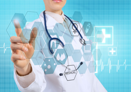 Jonge vrouwelijke arts aanraken icoon van media scherm Stockfoto