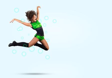 porrista: Joven chica hermosa animadora deportiva de salto alto