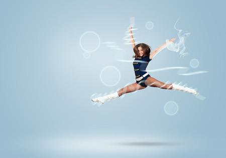 porrista: Joven chica hermosa animadora sonriente salto alto