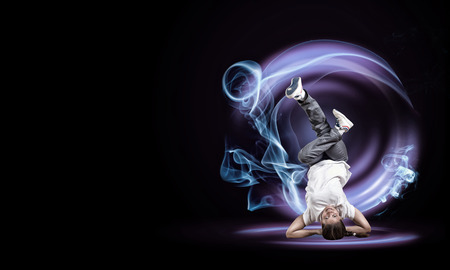 bailarinas: Mujer joven bailar�n de hip hop con efecto de fuego en el fondo Foto de archivo