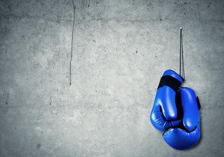 guantes: Guantes de boxeo colgando clavadas a la pared como concepto de jubilación