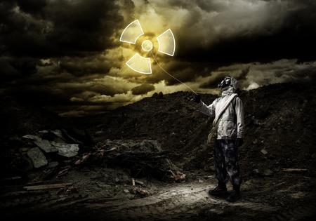 radiactividad: Man in respirator with radioactivity balloon in hands