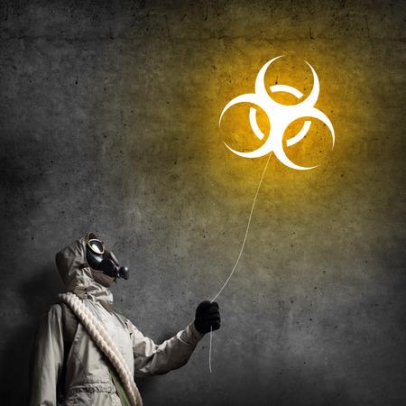 radiactividad: Hombre en respirador con globo de radiactividad en las manos Foto de archivo