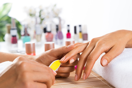 manicura: Mujer en salón de la recepción de la manicura por esteticista uñas