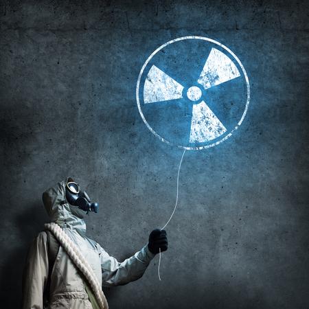 radioactivity: Hombre en respirador con globo de radiactividad en las manos Foto de archivo