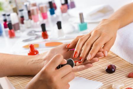 Vrouw in de salon ontvangen manicure door nagel schoonheidsspecialiste