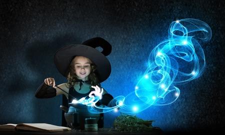 bruja: Poco hechizo lectura bruja de Halloween lindo encima olla