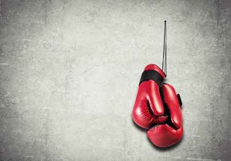 guantes de box: Guantes de boxeo colgando clavadas a la pared como concepto de jubilación