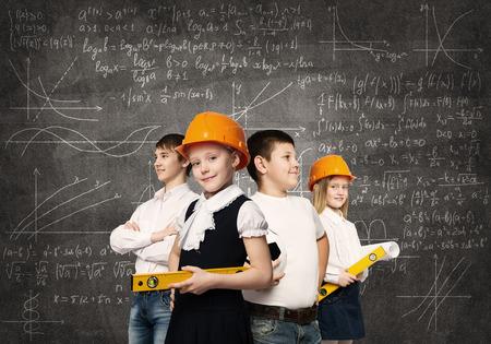 diferentes profesiones: Los ni�os en edad escolar probando diferentes profesiones