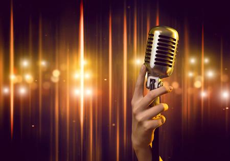 Primer plano de la mano femenina en el micrófono borrosa fondo la celebración Foto de archivo - 46360205