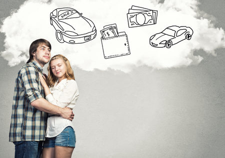 dream car: Amante joven pareja abrazándose unos a otros y soñando