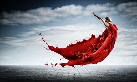 열정적 인 여자 댄서 빨간 드레스와 빨간색 spalshes