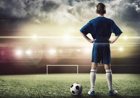 pied jeune fille: Vue arrière de joueur de football sur le stade prêt à attaquer portes Banque d'images